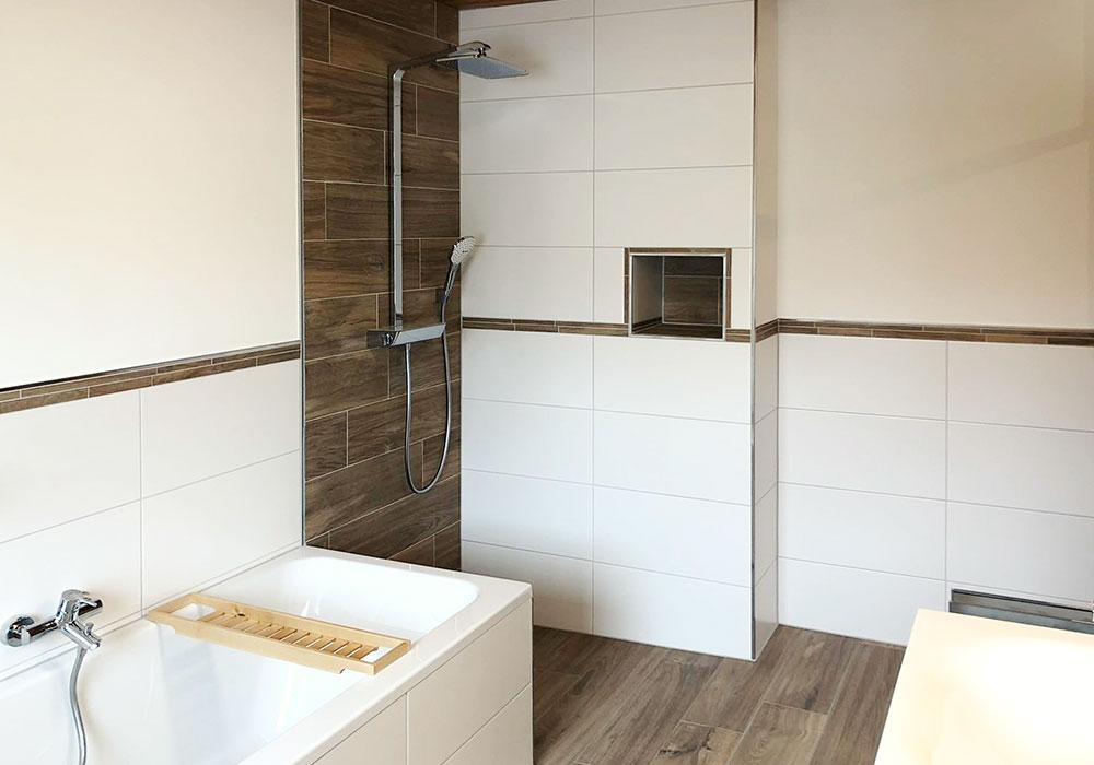Badezimmer mit freistehender Dusche mit Holzoptik Fließen