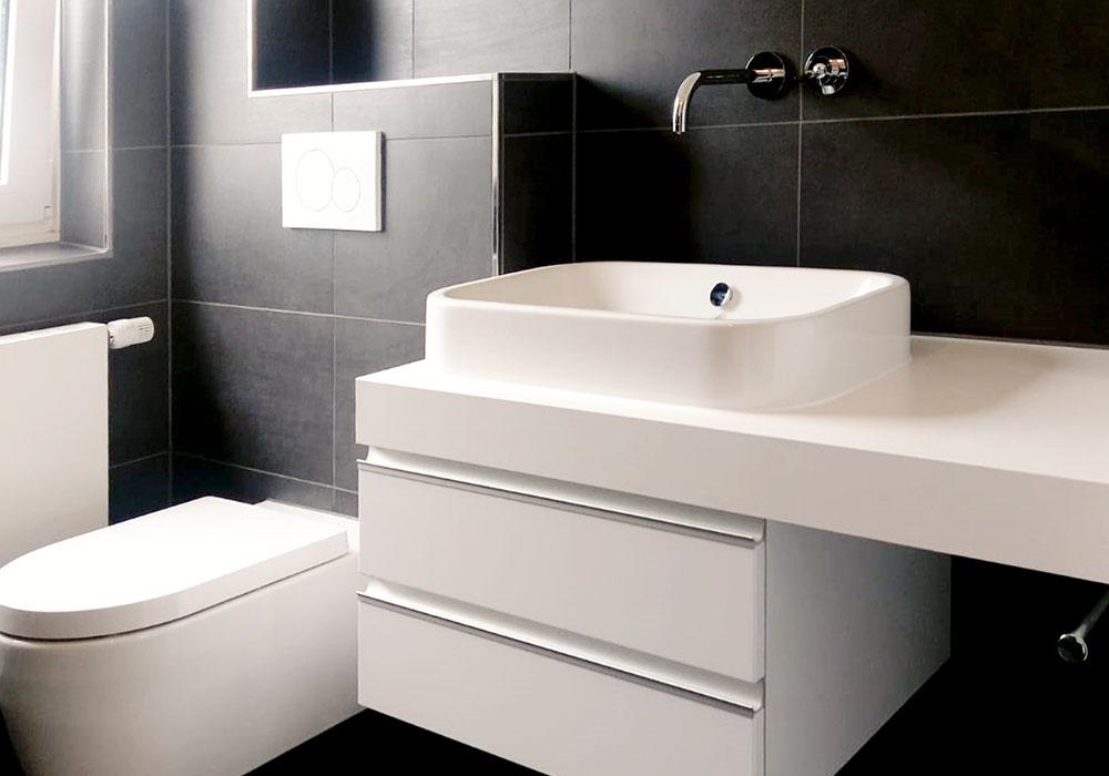 Modernes Badezimmer mit Waschbecken und Toilette