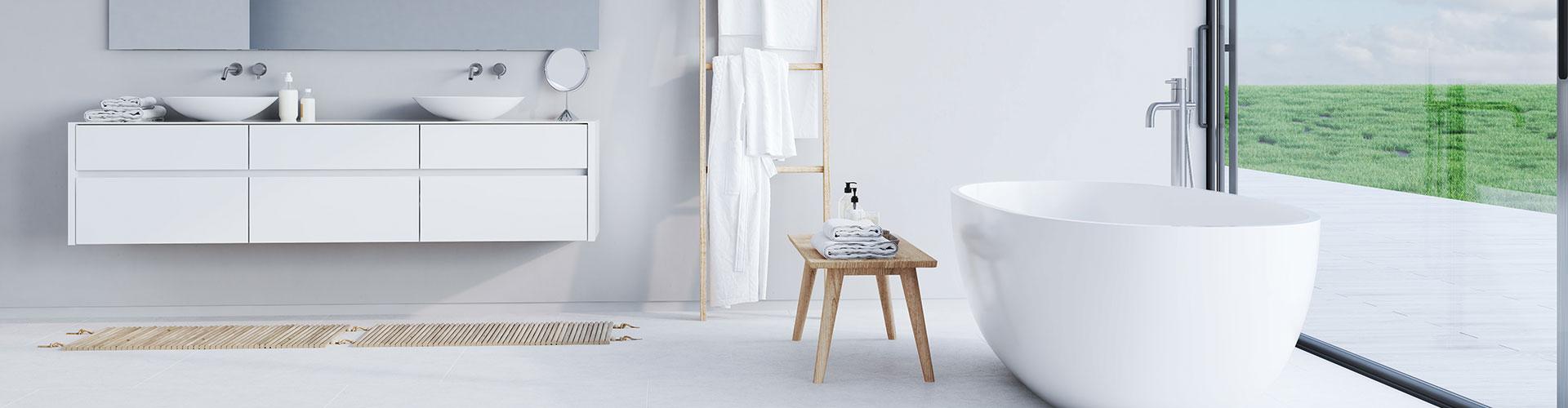 Badezimmer mit Waschbecken und freistehender Badewanne